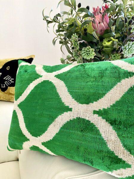 Kissen IKAT in grün aus Seidensamt, traumhaft schönes Kissen vom Designer Les Ottomans