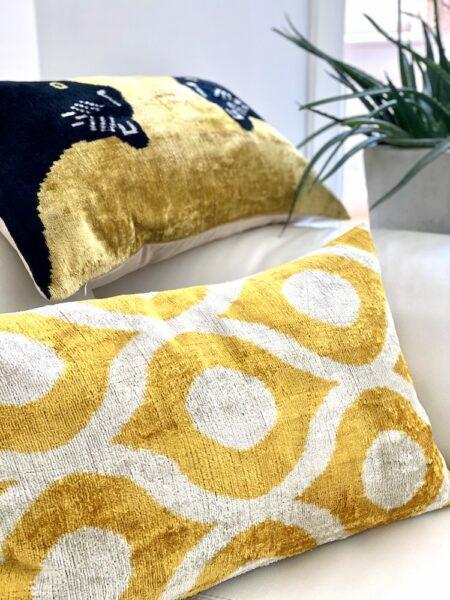 Kissen IKAT in gelb aus Seidensamt, exklusive Kissen im Ikat Muster und mit Panther von Les Ottomans