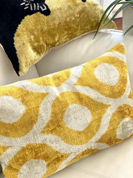 Kissen IKAT in gelb aus Seidensamt, traumhaft schöne Kissen vom Designer Les Ottomans