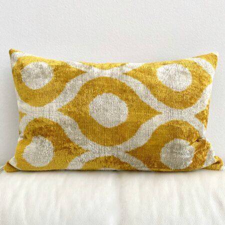Kissen IKAT in gelb aus Seidensamt, traumhaft schönes Kissen vom Designer Les Ottomans