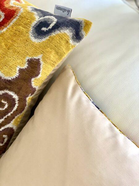 IKAT Kissen in gelb mix, exklusives Kissen aus Seidensamt von Les Ottomans