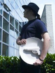 Porzellan Teller 'WITH GUN' Ø40 cm, Dekorative Schale mit einer Pistole darauf - praktische Kunstwerk